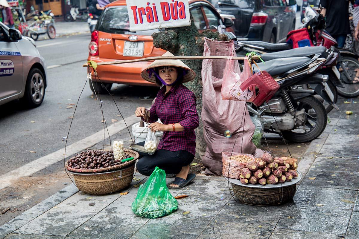 Strassenverkauferin in Hanoi
