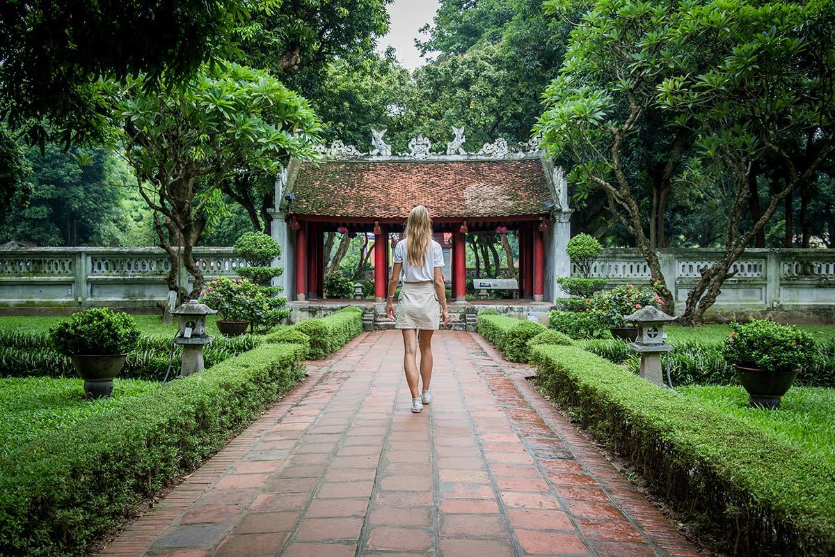 Touristen im Literaturtempel Hanoi