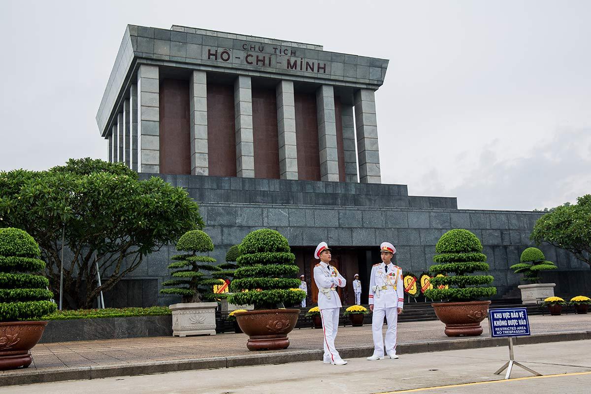 Wachmaenner vor dem Ho Chi Minh Mausoleum in Hanoi