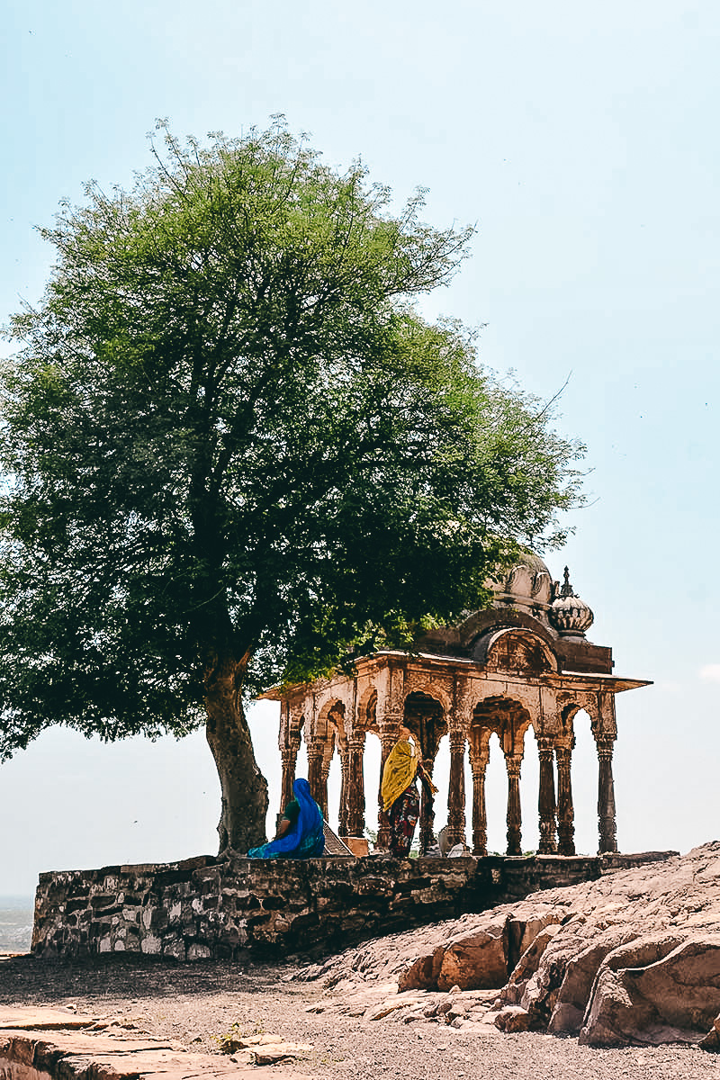 hindu frauen vorm Mehrangarh Fort