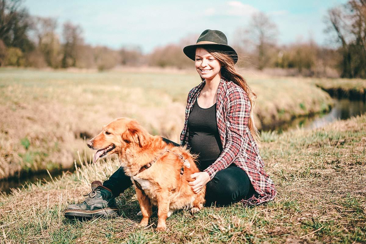 Schwangere mit Hund