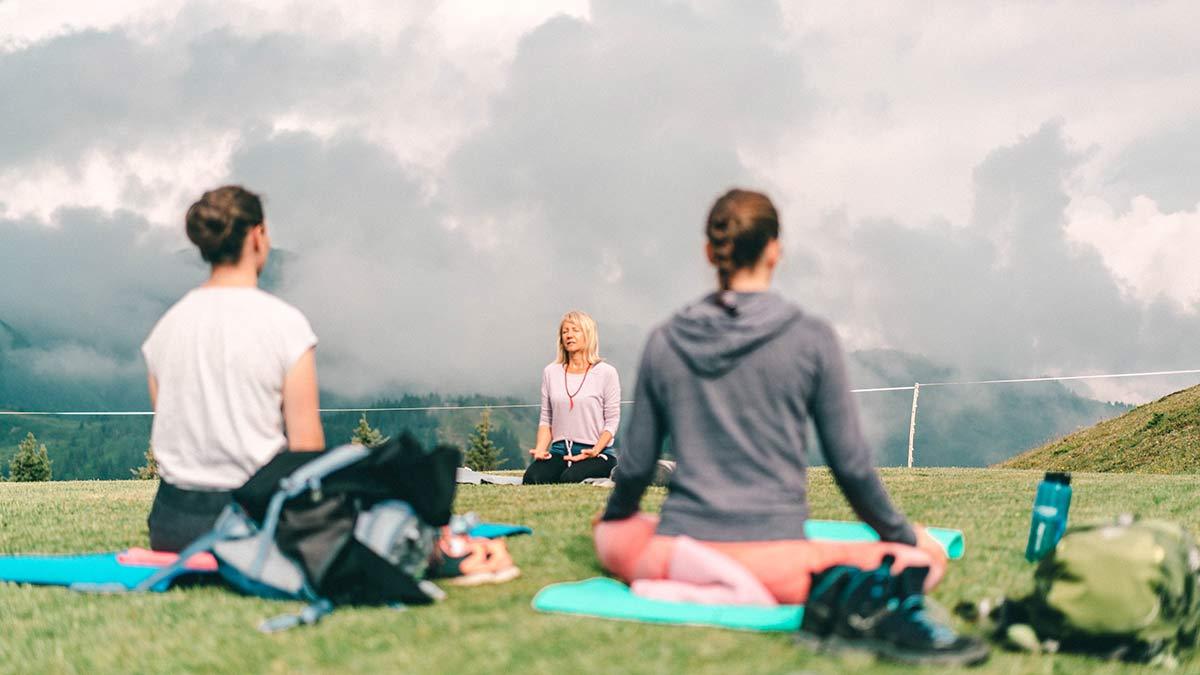 Yoga auf dem Berg Sommer
