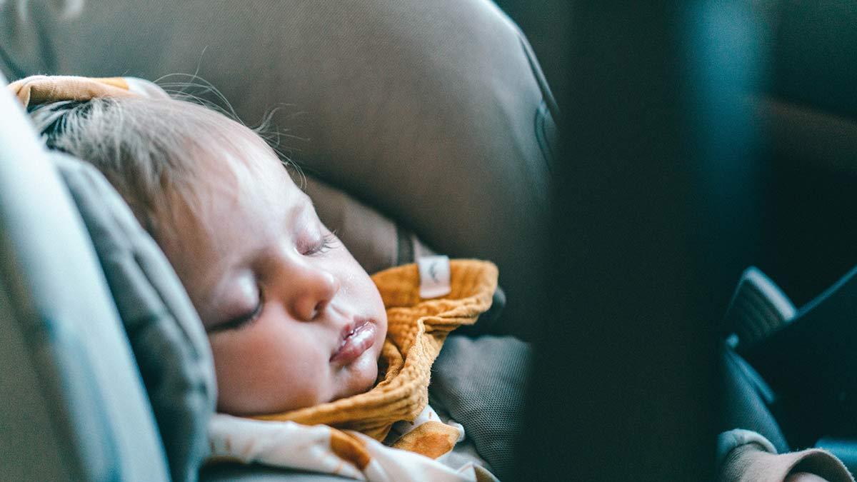Baby im Kindersitz