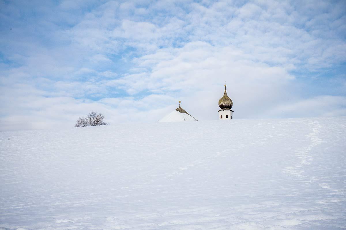 Tirol im Winter kirchturmspitze