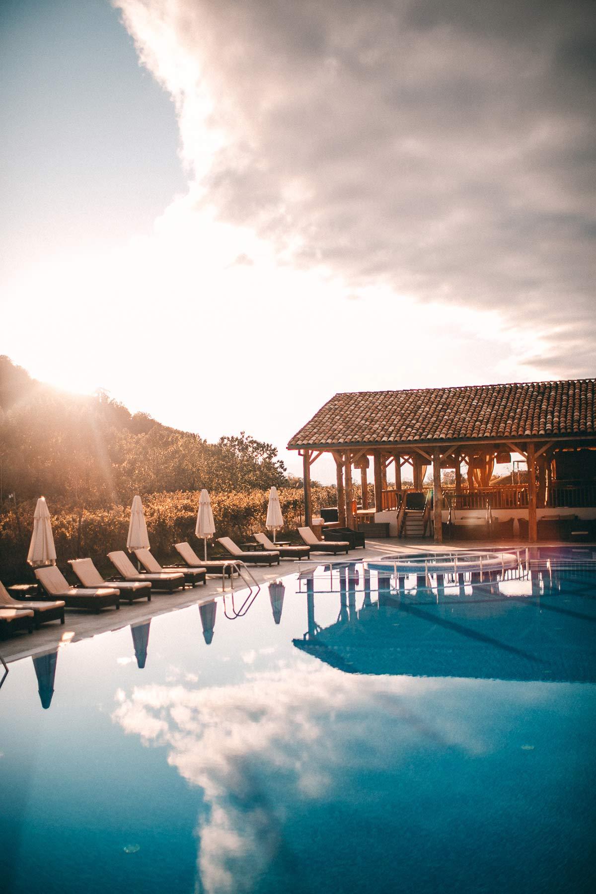 Der Poolbereich des Lapota Lake Resorts