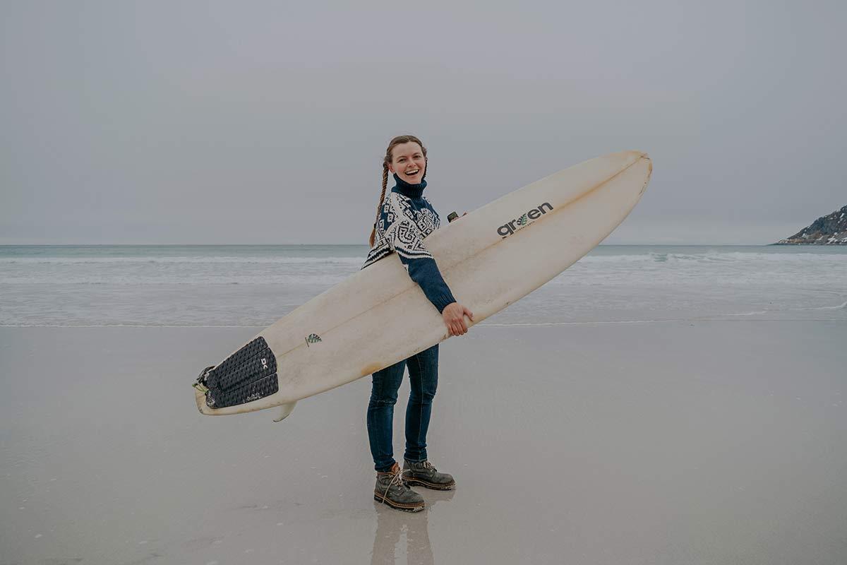 Surfen in Norwegen auf den Lofoten im Winter