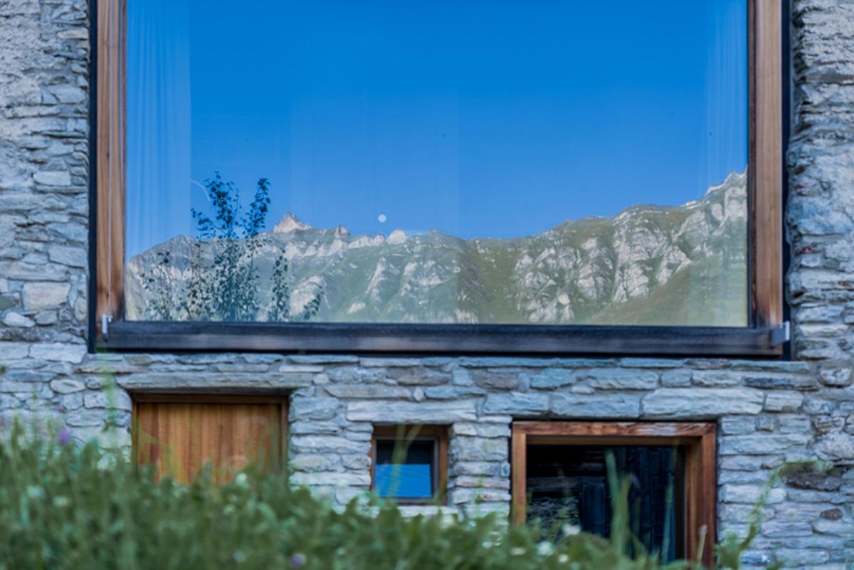 Vals in der Schweiz Berge spiegeln sich im Fenster Siedlung Leis
