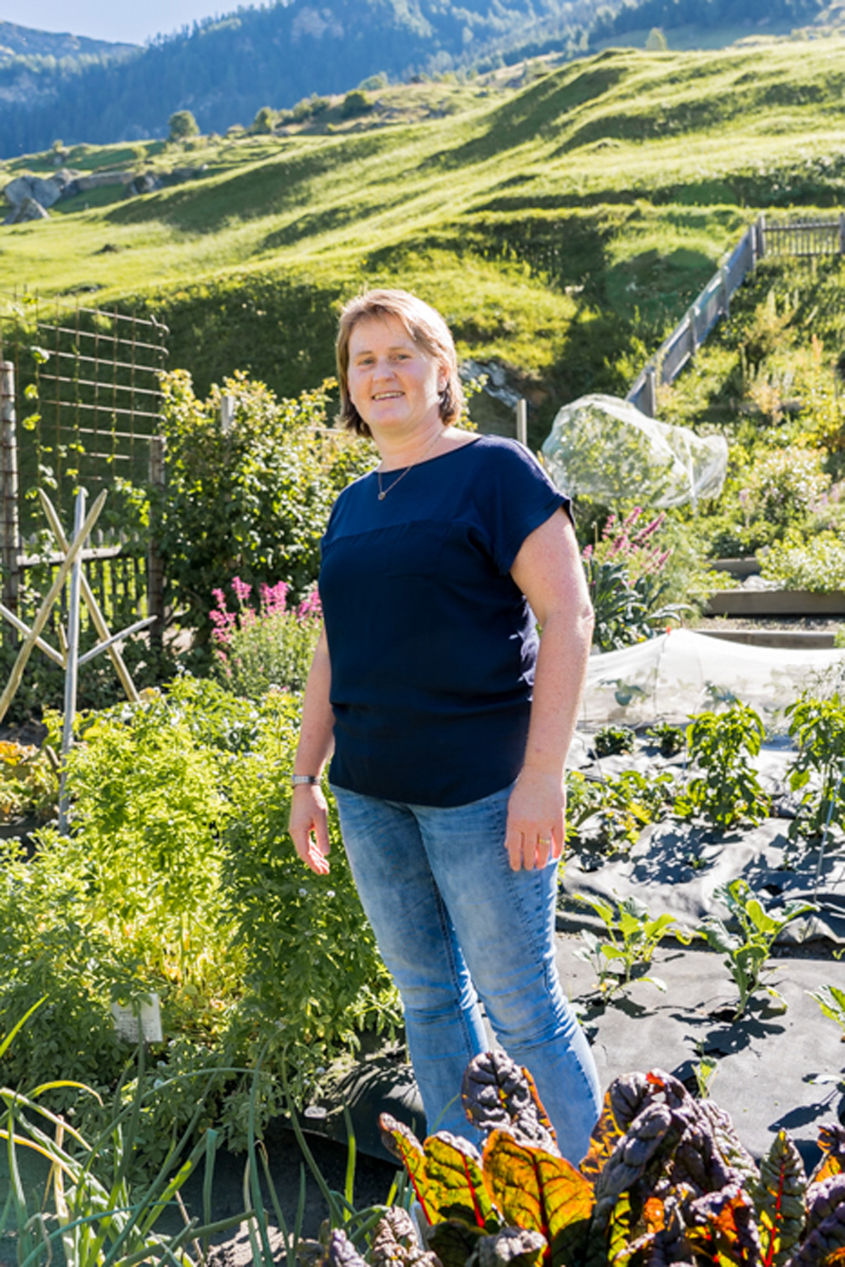 Vals in der Schweiz Claudia Vieli Oertle in ihrem Kraeutergarten in Vals